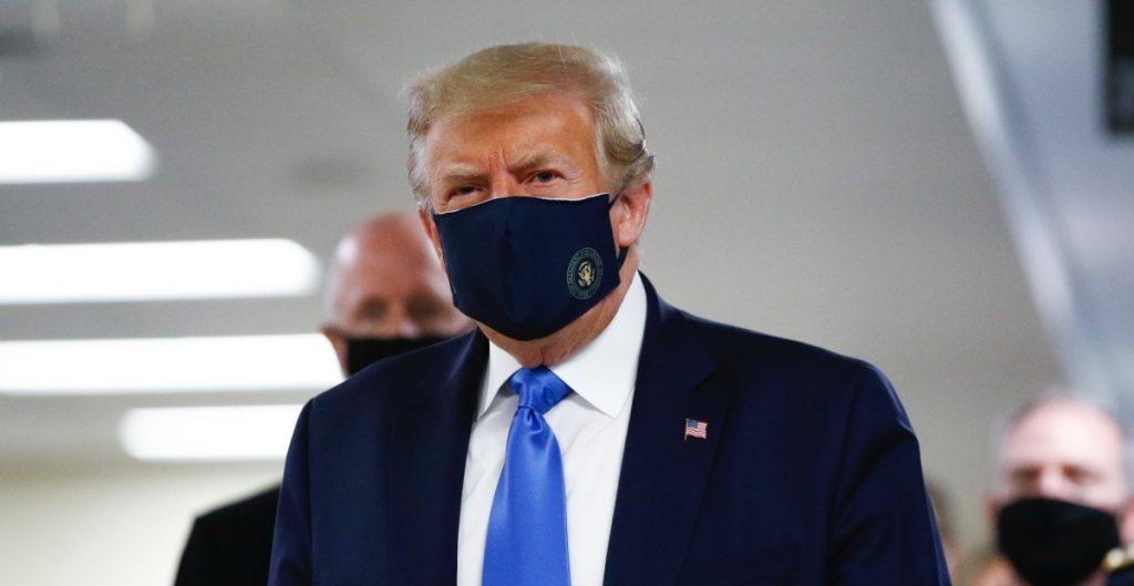 Donald Trump con cubrebocas