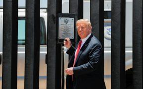 Donald Trump, presidente de EU, en el muro