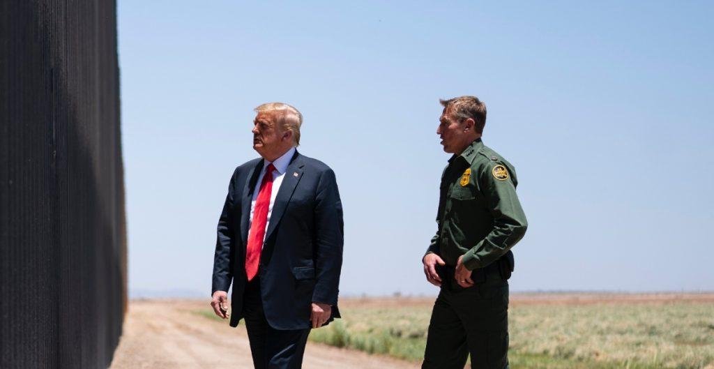 Trump critica muro fronterizo construido por sus simpatizantes