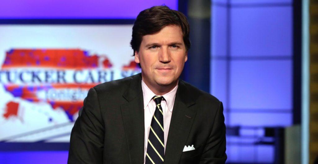 Renuncia escritor del programa de Tucker Carlson por comentarios racistas y  sexistas