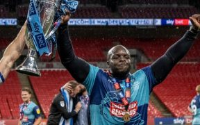 Adebayo Akinfenwa celebra el ascenso del Wycombe.