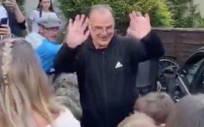 Bielsa saludó a los aficionados afuera de su casa.