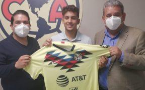 Tarek Sirdah posa con la playera del América.