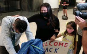 Marlon Castillo fue recibido en el aeropuerto de Los Angeles por su familia. Foto: EFE