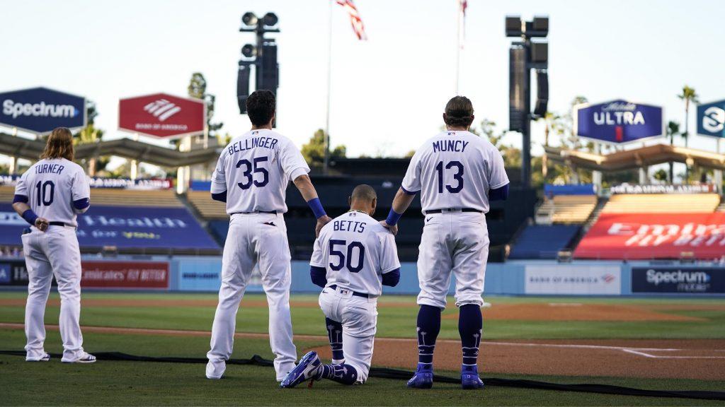 Los Dodgers escucharon de pìe el himno nacional, excepto Betts. (Foto: MLB)