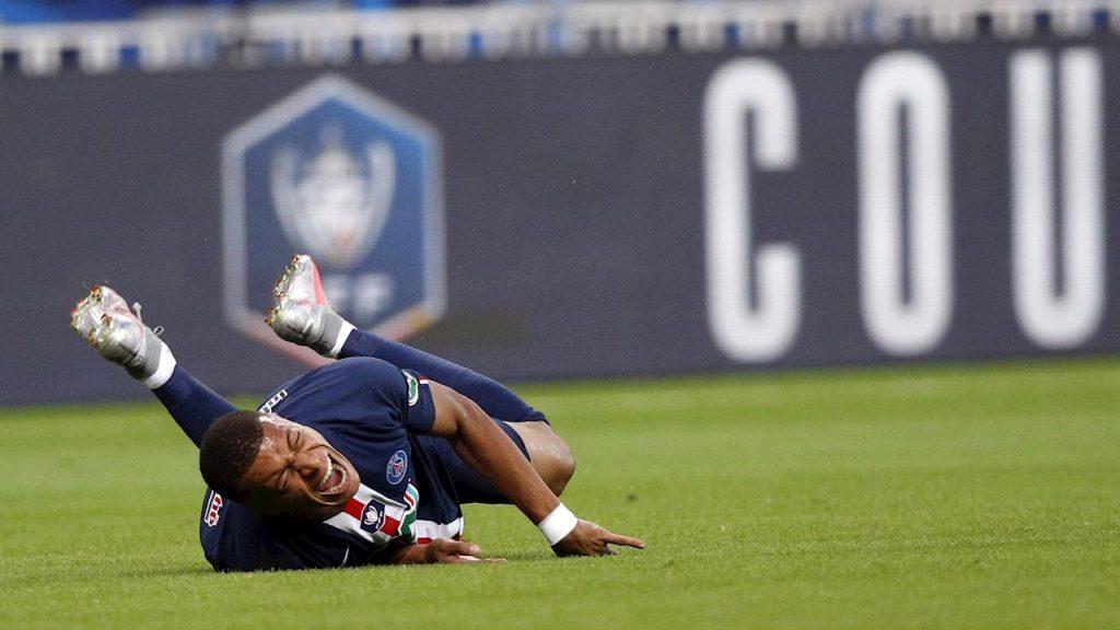 Mbappé se duele tras la fuerte entrada que provocó su lesión. (Foto: EFE)
