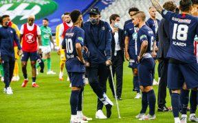 Mbappé celebró en muletas el título de la Copa de Francia.