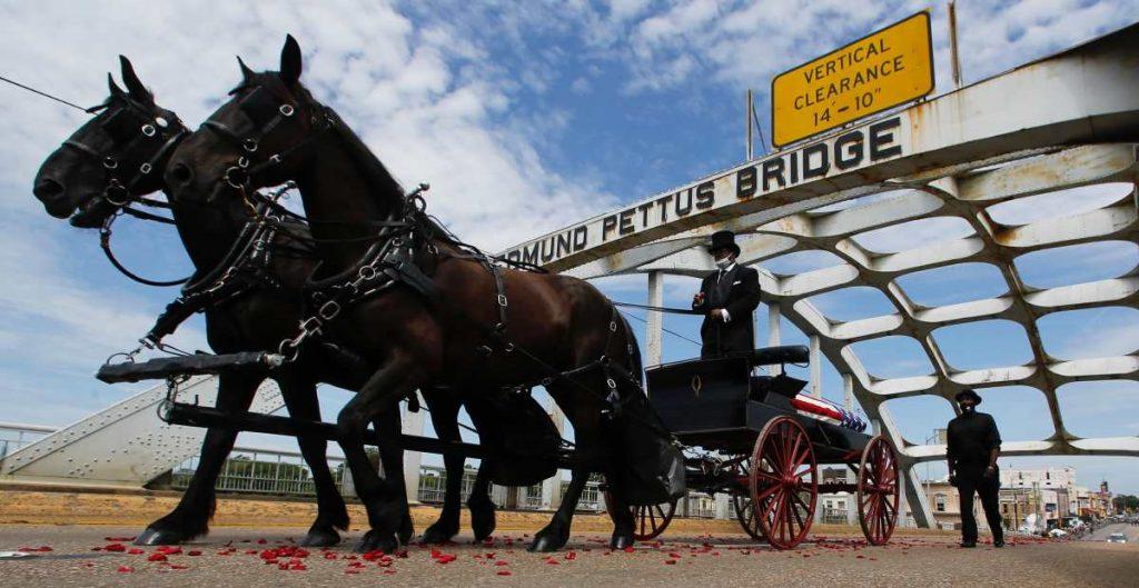 Los restos del representante John Lewis cruzaron el Puente Edmund Pettus en Selma, Alabama.