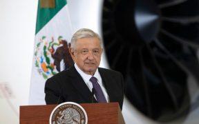 López Obrador frente al avión presidencial