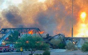 Tren se descarrila sobre puente en Arizona y provoca incendio