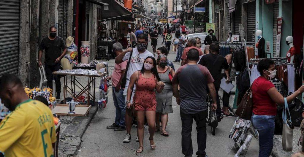 Decenas de personas caminan por el centro comercial de Saara en Río de Janeiro