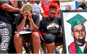 Familiares de Michael Brown, un joven afroamericano, señalan que un policía blanco lo asesinó