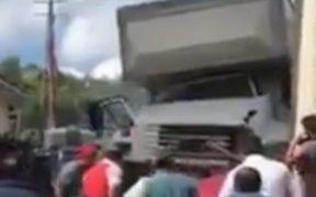 Camión del IMSS embiste vehículos en Oxchuc, Chiapas