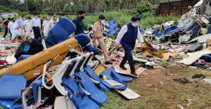 Investigadores de India analizan la caja negra del avión.
