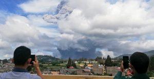 Volcán en Indonesia hace erupción este lunes.