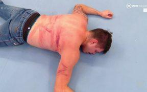 Dominik recibió varios golpes con varas de kendo en Monday Night de WWE. (Foto: @AngelGarzaWwe)