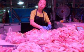 China detecta rastros de Covid en muestras de alitas de pollo de Brasil