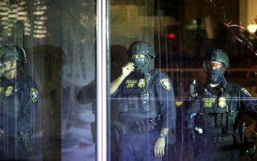 Manifestantes y policías se enfrentan en noche de protestas en Portland