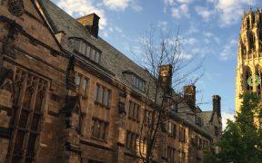 Departamento de Justicia acusa a Yale de discriminar a asiáticos y blancos en proceso de admisión