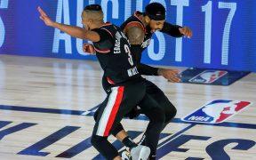 Carmelo Anthony festeja con CJ McCollum en el triunfo de Portland. (Foto: EFE)