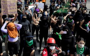 Colectivo Marea Verde coloca pañuelos a favor del aborto legal en el Monumento a la Revolución