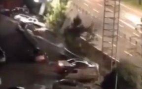 Socavón en China entierra decenas de vehículos en una plaza