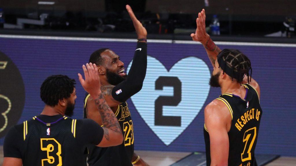 LeBron James y los Lakers homenajearon a Kobe Bryant con un triunfo rotundo sobre Portland. (Foto: Reuters)