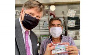 """El embajador de Estados Unidos en México compra """"cachito"""" para rifa del avión presidencial."""