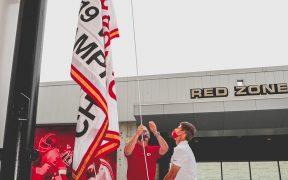Los Jefes izaron su bandera de campeones del Super Bowl LIV. (Foto: @Chiefs)