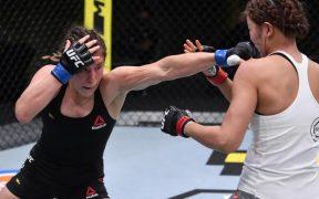 Grasso conecta ante Kim, a la que venció por decisión unánime en UFC. (Foto: @UFCEspanol)
