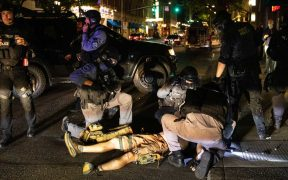 Seguidores de Trump se enfrentan con manifestantes en Portland