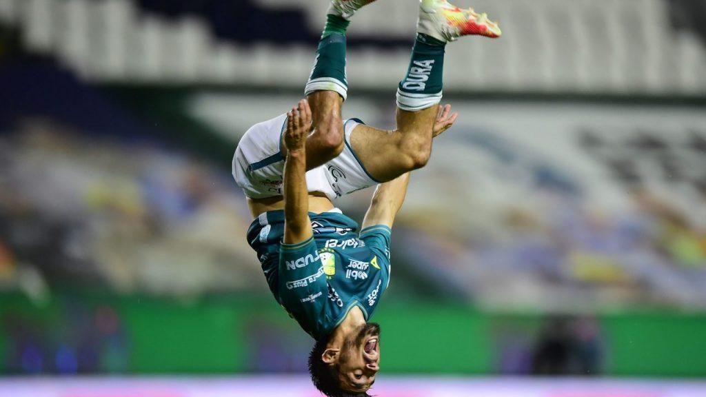 Navarro celebró su gol frente al Atlas con esta pirueta. (Foto: Mexsport)