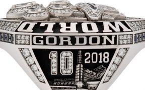 Josh Gordon recibió el anillo como obsequio de los Patritos. (Foto: sportscollectorsdaily)