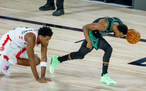 Kemba Walker escapa con el balón en el triunfo de Celtics ante Raptors. (Foto: EFE)