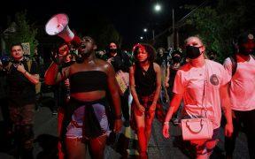 Policía de Portland arresta a manifestantes por violencia en protesta