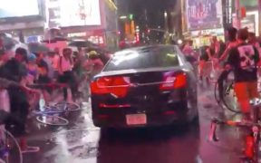 Video. Automovilista embiste a manifestantes de BLM en Times Square