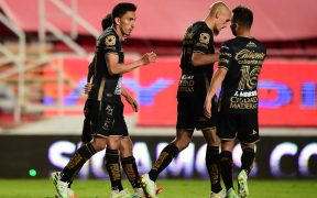 Mena es felicitado por sus compañeros tras marcar los dos goles ante Necaxa. (Foto: Mexsport)