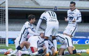 Los Pumas celebran uno de los goles frente al Puebla, que se llevó cuatro de CU. (Foto: Mexsport)