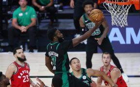 Jaylen Brown fue la figura de Celtics, con 27 puntos, para adelantarse en la serie ante Raptors. (Foto: Reuters)