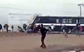Camión de policía estatal atropella a normalistas en Michoacán