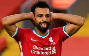 ¡Qué loco! Mohamed Salah celebra su triplete ante Leeds, para el primer triunfo del Liverpool. (Foto: EFE)