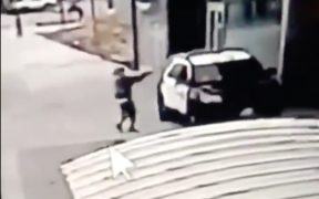 Dos agentes fueron agredidos en Los Angeles.