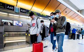 Estudiantes chinos en un aeropuerto.