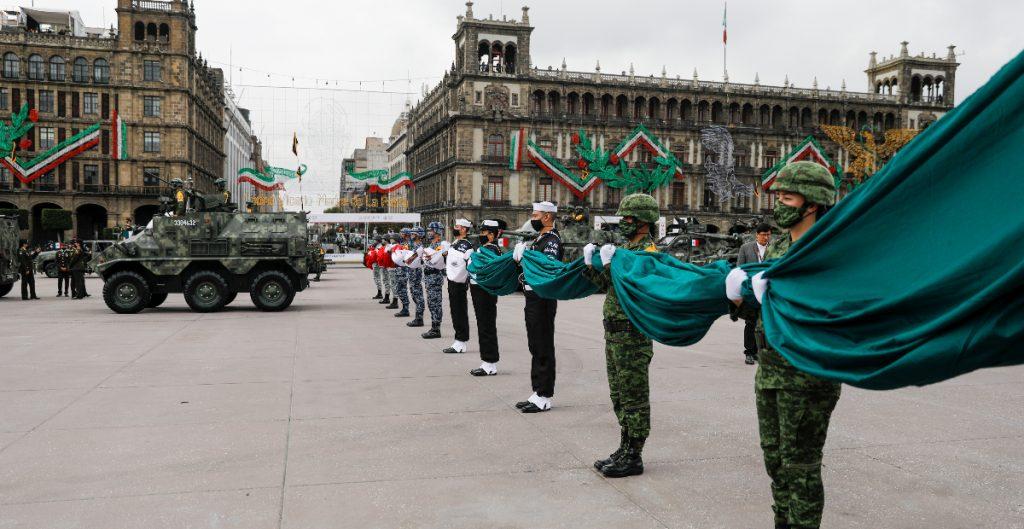 Realizan desfile militar por el 210 aniversario de la Independencia de México
