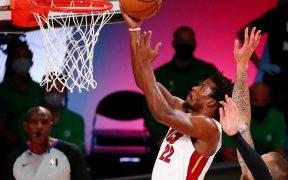 Jimmy Butler encesta ante Celtics, que dejaron ir una ventaja de 17 puntos ante Miami. (Foto: Reuters)