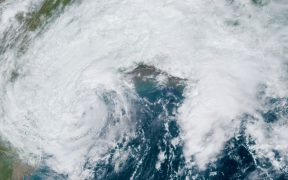 Tormenta tropical 'Beta' tocará tierra en Texas esta noche; marejada ciclónica es el mayor peligro