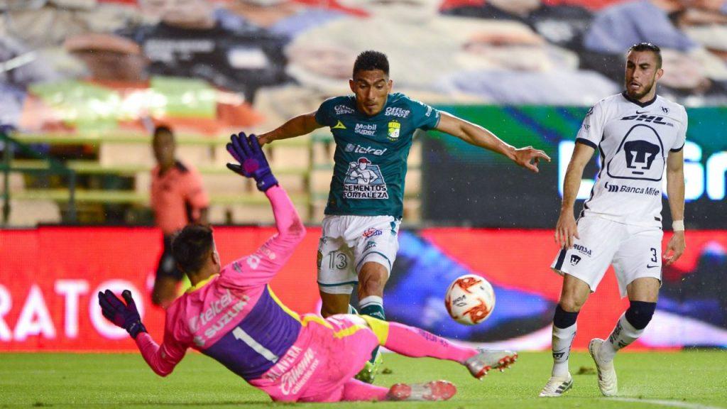 La jugada que cambió el partido fue esta falta de Talavera a Mena, que le costó la roja y el 1-0 en contra. Foto: Mexsport