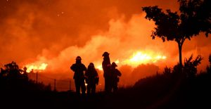Incendio en Los Angeles duplica su tamaño por altas temperaturas