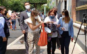 Mujer se encadena en Segob para exigir justicia por la muerte de su hijo