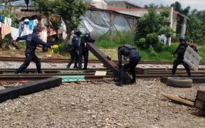 Desalojan a normalistas en Michoacán que buscaban obstruir las vías del tren
